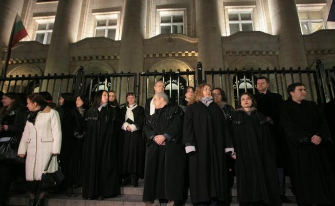 Съдии на протест-среща пред Съдебната палата