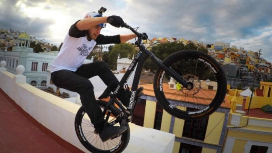 Този човек кара велосипед по покриви на сгради (видео)