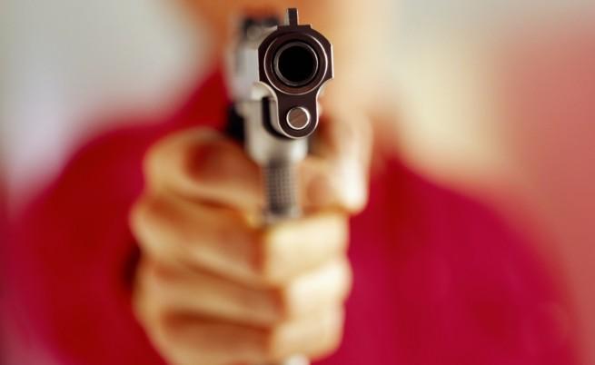 Историите на две смели жени, изправили се срещу въоръжени мъже