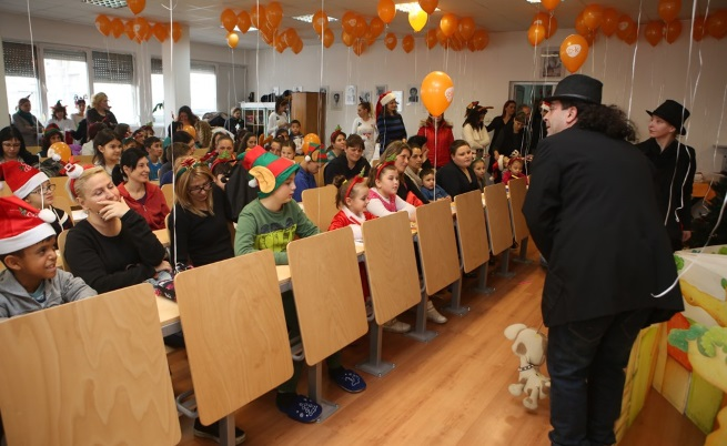 Дядо Коледа зарадва болни деца с подаръци и куклен теарър