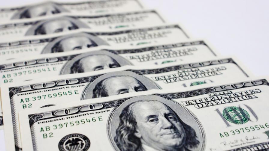 Анализатори прогнозират пред Bloomberg скок на долара през 2016 г.
