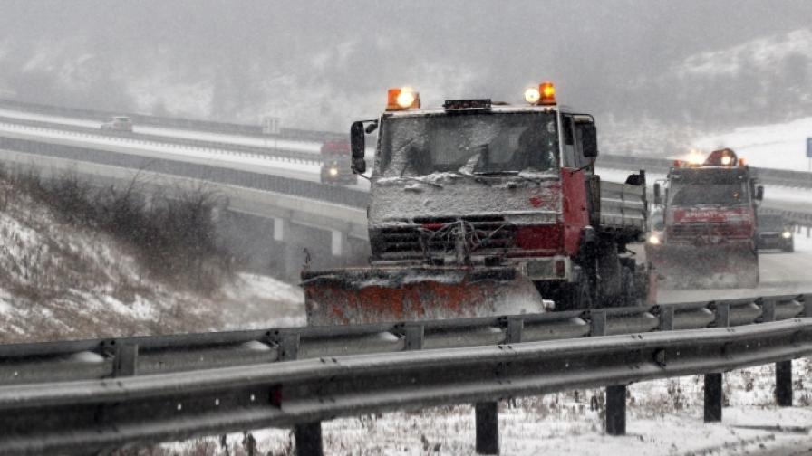Заради снега: Усложнена обстановка по пътищата