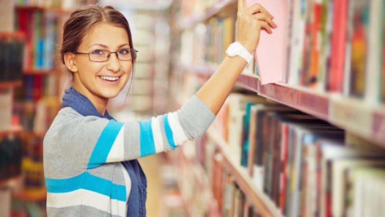 умна жена библиотека