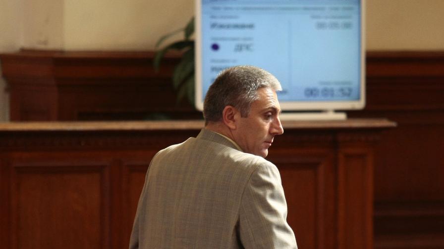 Искат оставката на Лютви Местан като депутат