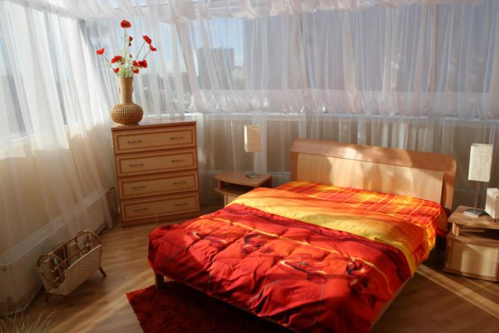 1. Вземете си възможно най-голямото легло, което можете да си позволите  Голямото легло е благословия. Можете да се гушкате в средата му, но може да спите и необезпокоявани в двата му края.   Можете да се въртите без другия да подскача, можете да приютите разбудени посреднощ деца или куп възглавнички за повече удобство. Можете да правите всичко в голямо легло.   Нищо, че заема повече място в спалнята. Докато се мъчите да заспите в тясно легло, няма да ви успокоява факта, че гардероба и скрина се ширят на спокойствие.