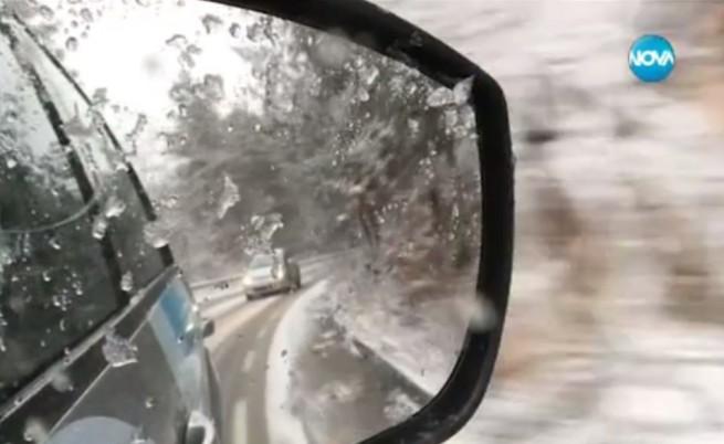 Пътната обстановка е тежка след цял ден сняг и дъжд