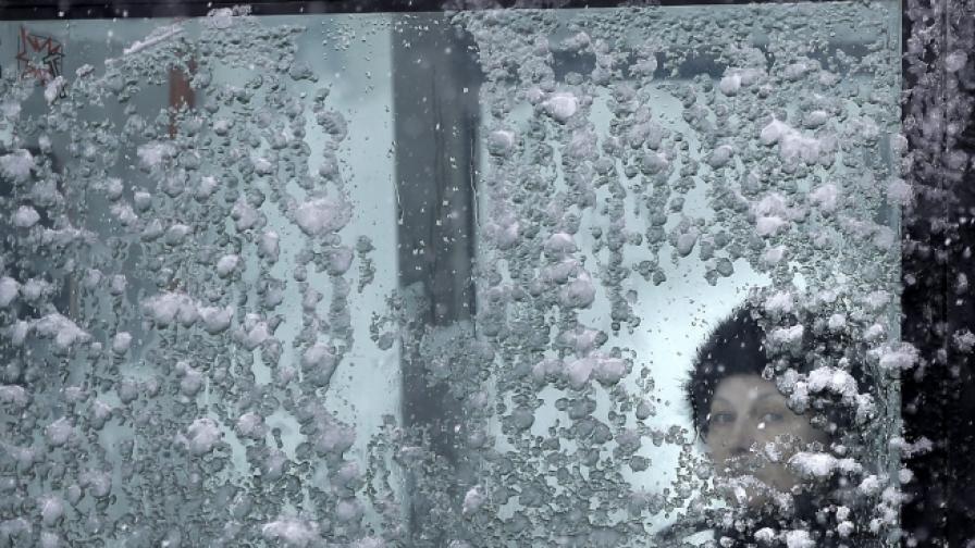 Снегът създаде проблеми по пътищата в страната