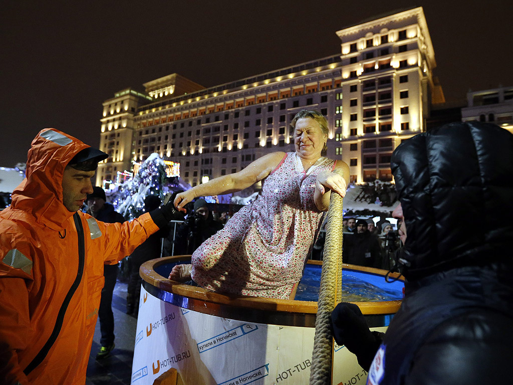Руски православни вярващи се потапят в ледените води на река Москва като част от честването на Богоявление в Москва, Русия. Хората вярват, че къпането в благословените води по време на празника Богоявление укрепва духа и тялото. Температурите паднаха до около минус 15 градуса по Целзий.