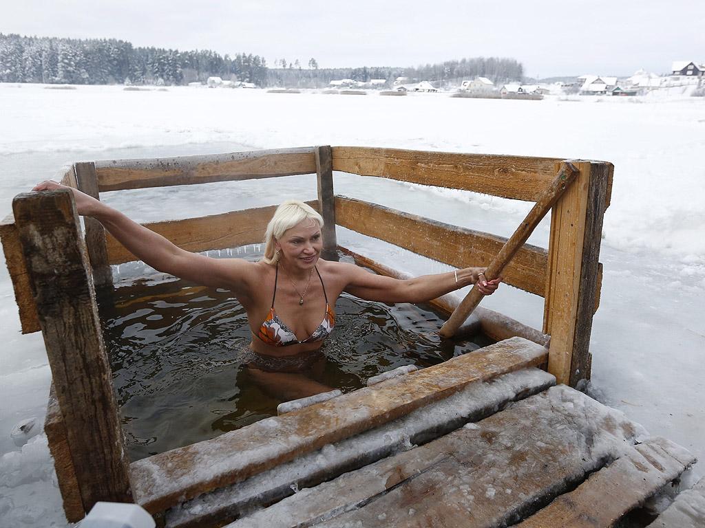 Село Задомлйя близо до Минск, Беларус, Православните вярващи отбелязват Богоявление на 19 януари с потапяне в ледените води