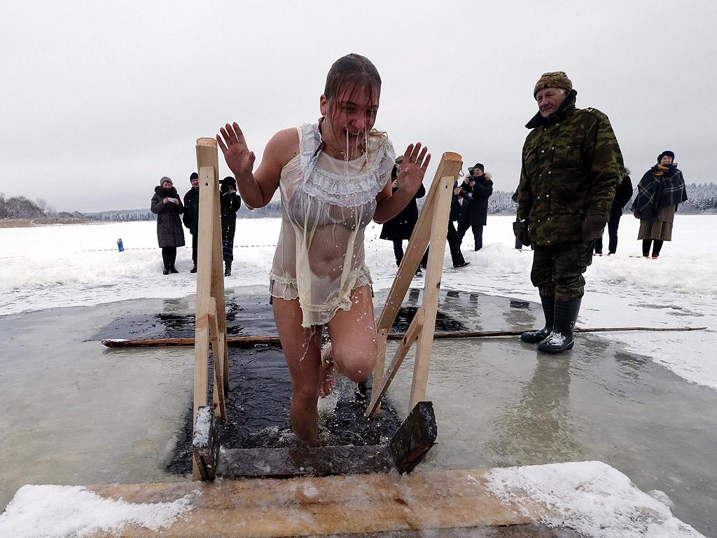 Богоявленски тържества близо до Санкт Петербург, Русия. Някои от Православните вярващи отбелязват Богоявление на 19 януари с потапяне в ледените води.