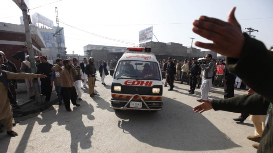 Талибани убиха 20 души в университет в Пакистан