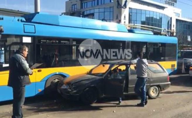 Верижна катастрофа с тролей и коли в София