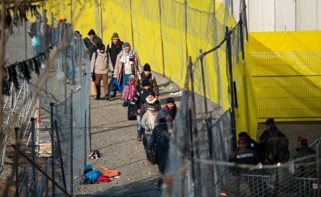 Мигранти пресичат словенско- австрийската граница