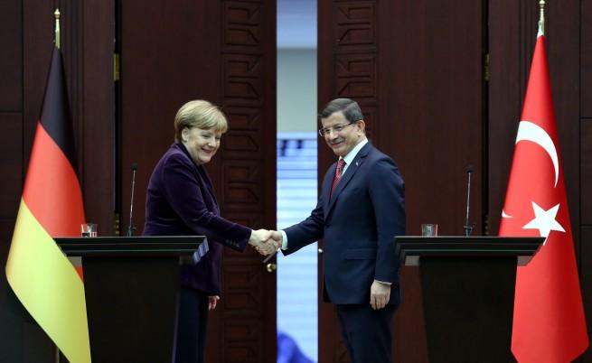 Меркел ще вика НАТО на помощ за бежанците