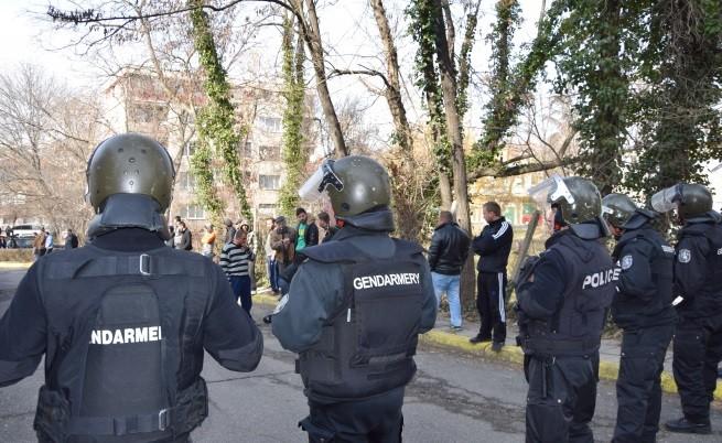 Жандармеристи пазят достъпа до спешното отделение на кърджалийската болница, докато в лечебното заведение трае аутопсията на простреляния мъж