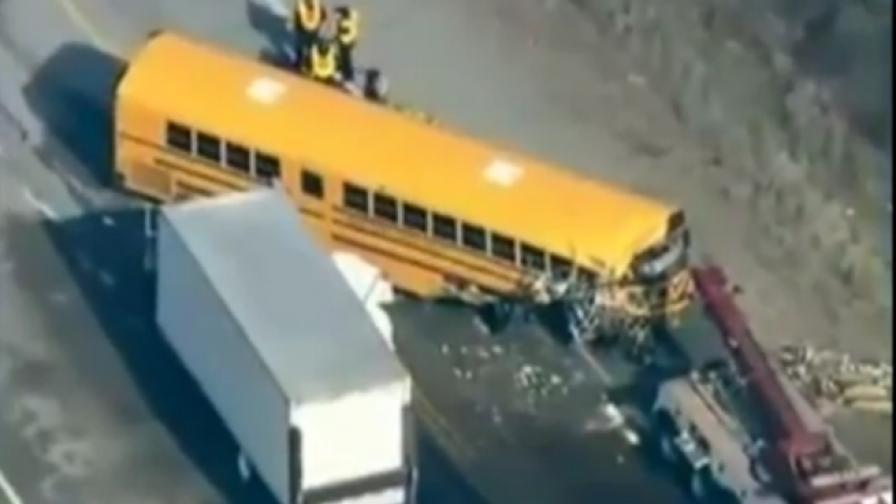 Шестима ученици загинаха след катастрофа на училищен бус и камион