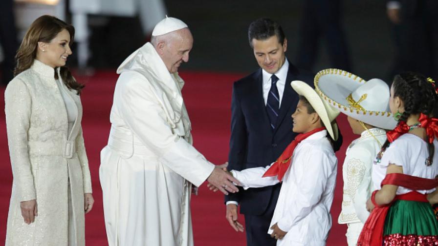 Десетки хиляди посрещнаха Папа Франциск в Мексико