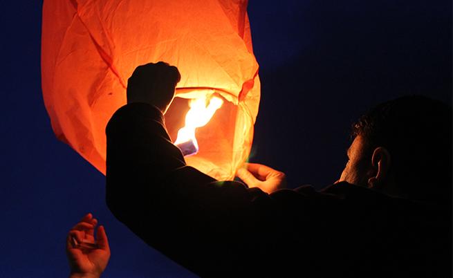 Пуснаха огнени фенери над моста до НДК (видео)