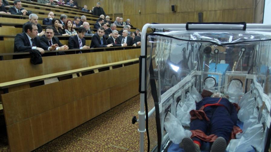 Днес във ВМА се проведе съвместно открито заседание на Комисия по отбрана, Комисия по здравеопазването и вътрешната комисия за ролята и възможностите на ВМА в условия на биозаплахи, вследствие на миграционен натиск и за готовността, че в България може да влезе бежанец, неволно или умишлено, с особено опасна инфекция