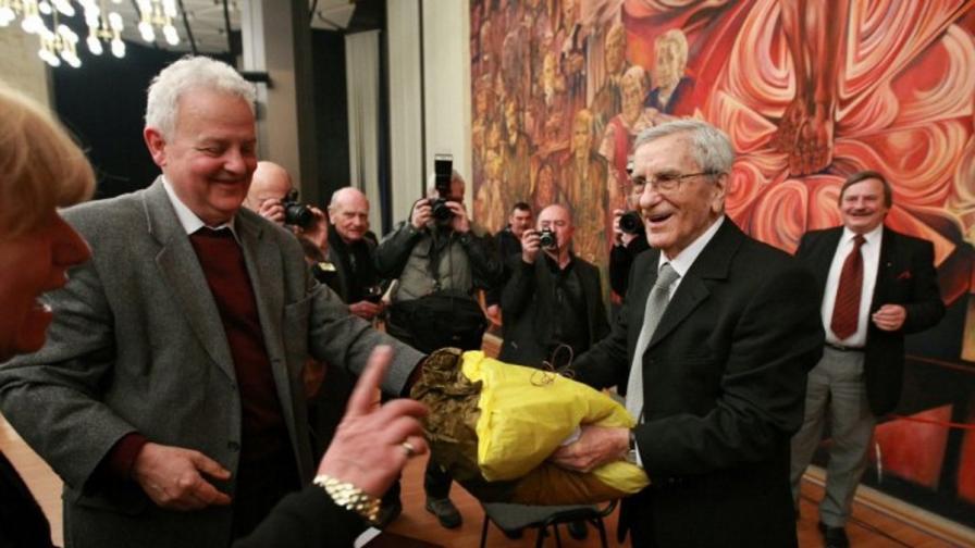 Панайот Денев: За 90-годишнината на Петко му подаряваме... възглавничка - да му е удобно на диванчето срещу телевизора :)
