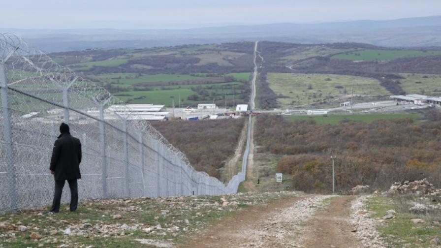 Два трупа на километър от границата с Турция