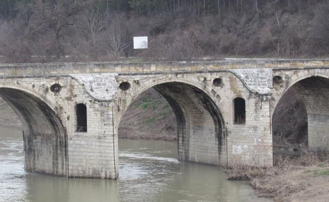 Мостът на Кольо Фичето в Бяла пред разруха