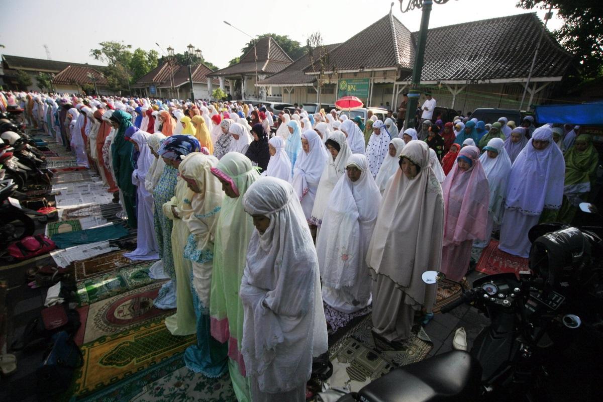 Молитва по време на слънчевото затъмнение в Индонезия