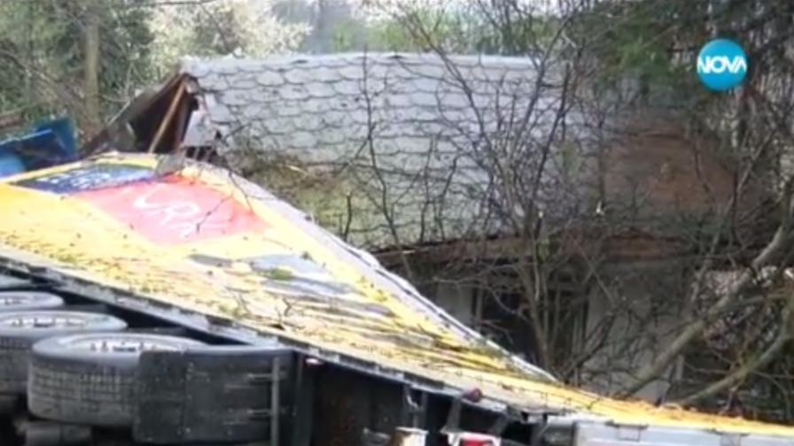 Катастрофа между три камиона и кола затвори път