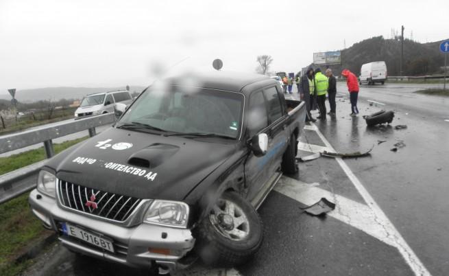 Тройна катастрофа между пикап, джип и лек автомобил