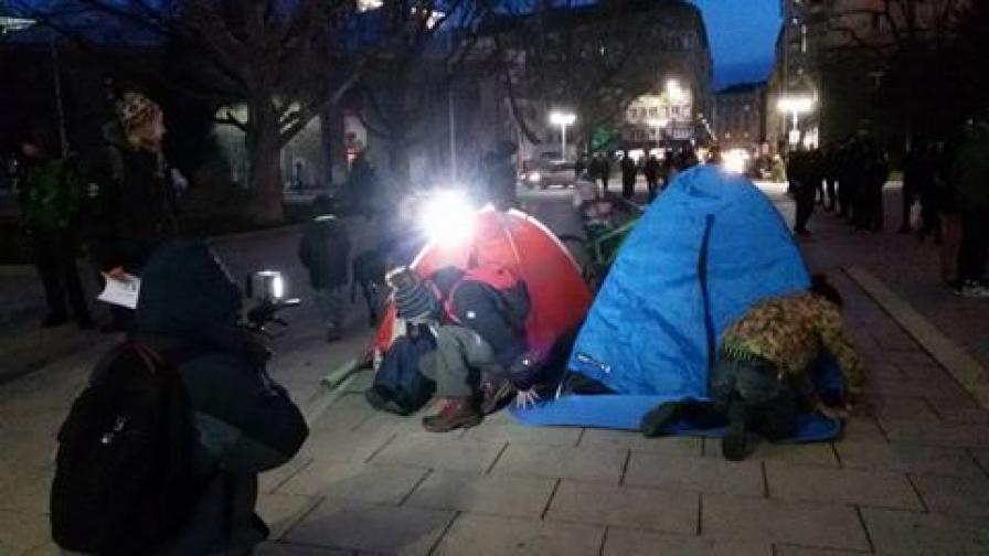 Над 200 души с кемпери и палатки на жълтите павета