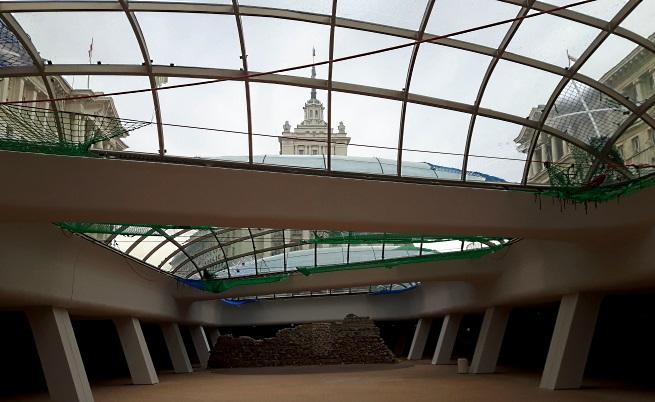"""Под стъклените куполи на площад """"Независимост"""""""