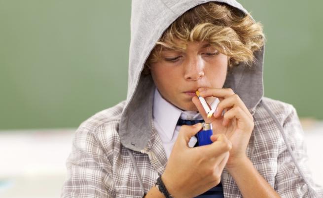 Експеримент: Как реагират хората, когато дете пуши на улицата