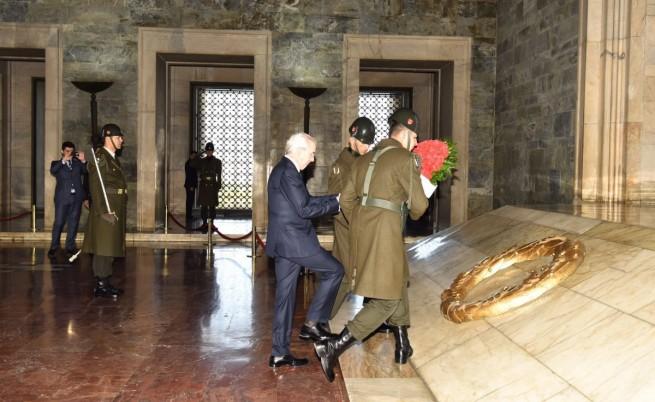 Лютви Местан поднася венец в мавзолея на Ататюрк