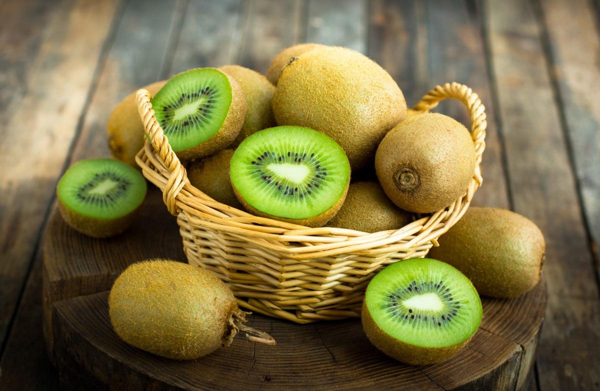 Киви - той е добър източник на калий, мед и фибри. Помага при запек и други състояния, свързани с червата. Може да ядете само киви за закуска, или да прибавите към него ягоди, банани и други плодове по избор.