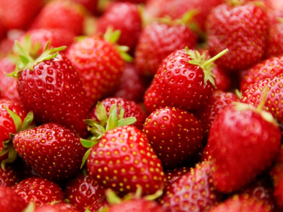 Ягоди - eдна купичка ягоди съдържа достатъчното количество витамин С, което ви е необходимо за деня, фолиева киселина и фибри.