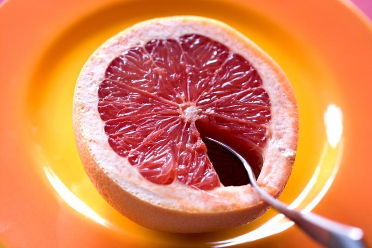 Грейпфрут - хапването на половин грейпфрут преди ядене, може да ви помогне за по-бързото сваляне на килограми.<br /> За закуска към грейпфрута добавете кисело мляко или яйца.