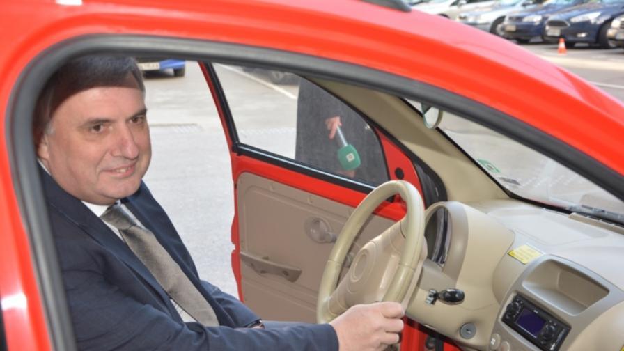 Не е шега: От днес министрите пеш и с лични коли (снимки)