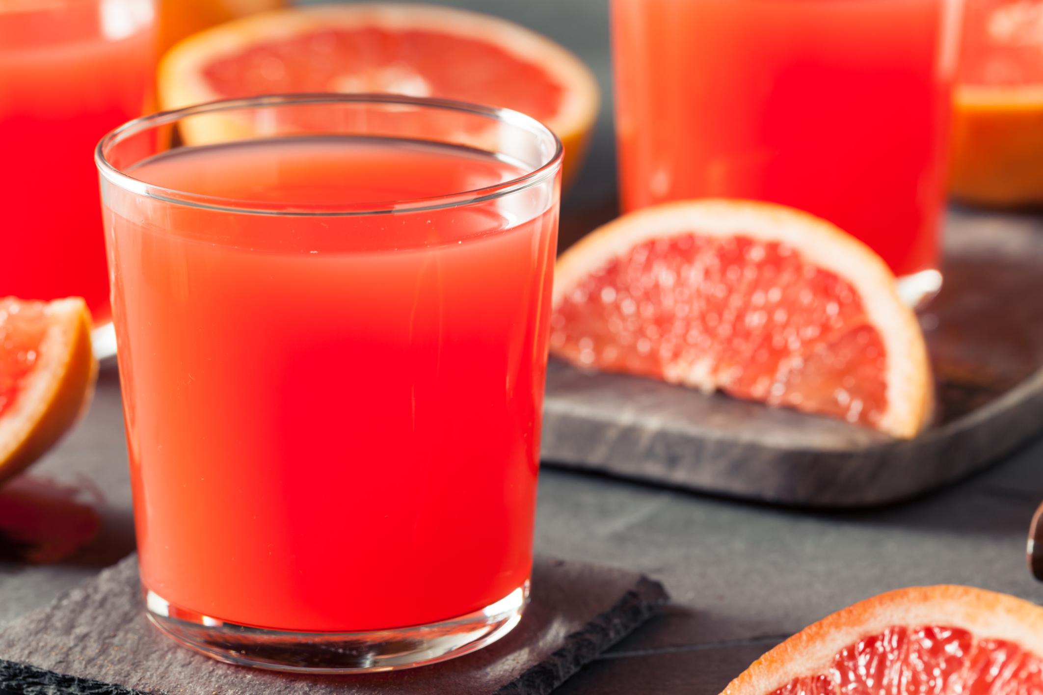 <p><strong>Плодов сок</strong></p>  <p>Хората смятат, че фрешовете са здравословни, защото са направени само и единствено от плодове. Със сигурност, прясно изцеден сок от портокал или грейпфрут е пълен с полезни витамини и минерали като витамин С, но освен това е и пълен със захар, Тъй като сърдечните заболявания са сред водещите болести-убийци при жените, тези захарни бомби трябва да се избягват. По-добре директно консумирайте самия плод. Той съдържа важни фибри, които ще ви помогнат да регулирате кръвната си захар.</p>