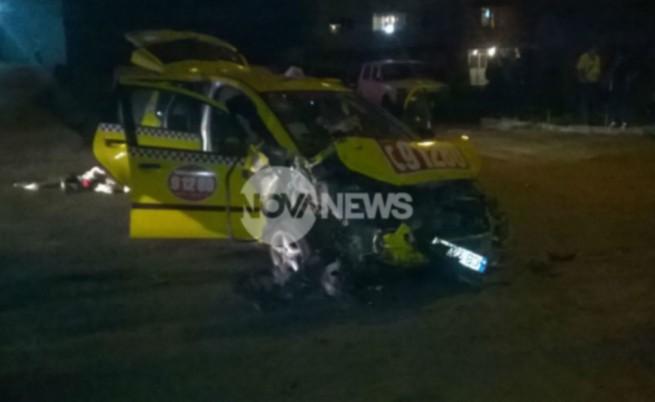 Таксито на Петър е смачкано след удара в седемте коли.