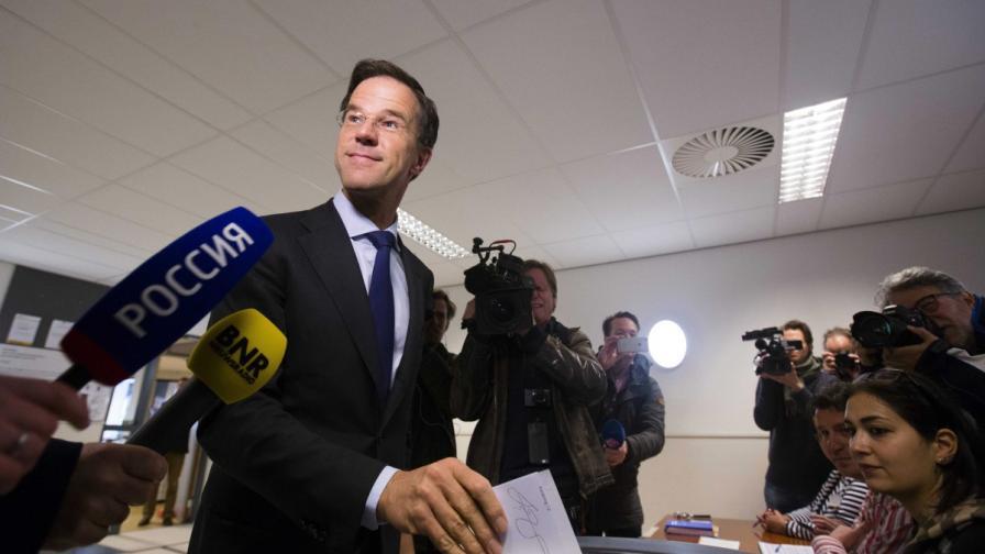 Премиерът на Холандия Марк Рюте гласува на референдума