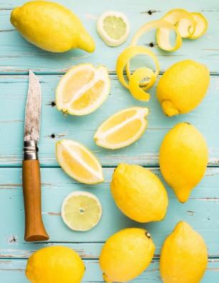 Почистете тръбите като изсипете в тях половин чаша сода и след това чаша топъл лимонов сок. След няколко минути изплакнете с гореща вода.