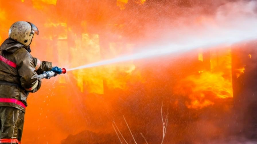 Пожар в два хангара на гребната база в Пловдив