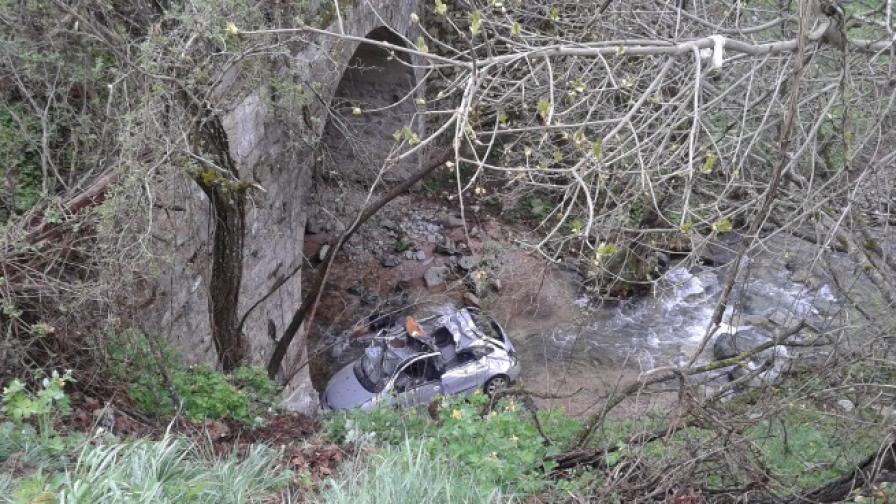 Три коли паднаха в реки заради мокрия асфалт