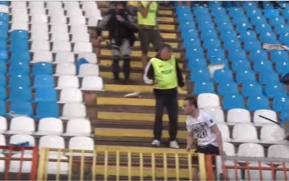 """ВИДЕО: Луд """"гробар"""" се нахвърли сам на публиката на Звезда"""