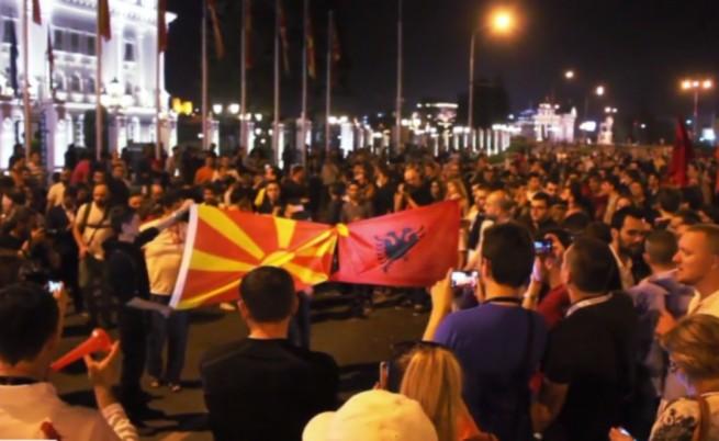 Пяна и яйца на най-големия протест в Скопие