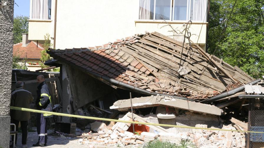 Бойлер срути къща върху две момичета в Пловдив