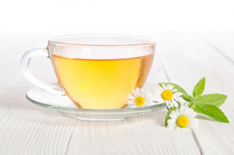 <p>От години чаят от <strong>лайка</strong> се използва&nbsp;като естествено средство за намаляване на възпалението и лечението на безсъние. Успокояващите ефекти на лайката се дължат на антиоксидант, наречен апигенин, който се съдържа в изобилие в чая. Апигенинът се свързва със специфични рецептори в мозъка, които могат да намалят безпокойството и да предизвикат спокоен сън.</p>