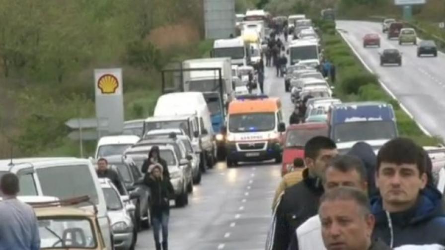 Миньори затвориха пътя Бурга-Слънчев бряг