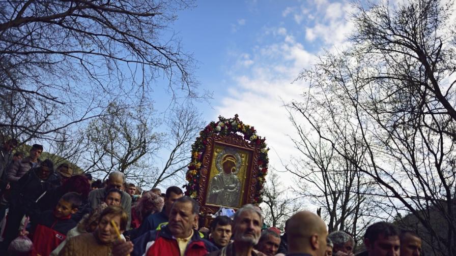 Стотици се молят на чудодейната икона на Богородица