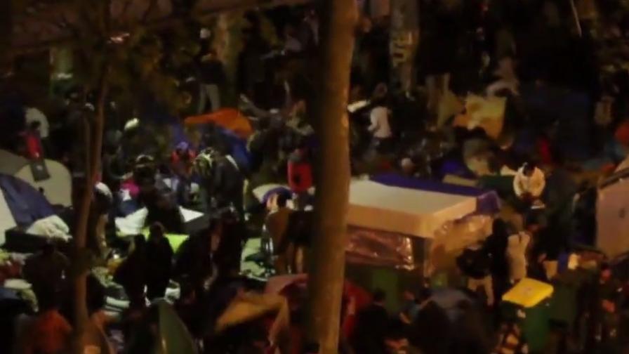 Конфликтът в Европа - стотици бежанци се биха в Париж